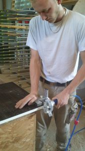 Anetsberger GmbH Schreinerei – Holzhandel - Anwendung des Eckenrunder MZ 02 90F: Der Eckenrunder ist klein und handlich