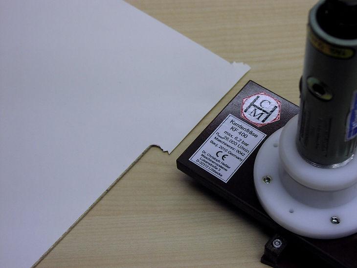 Dekorbeschnitt dünner Rückwand-Platten mit Phase mit der Rückwand-Kantenfräse