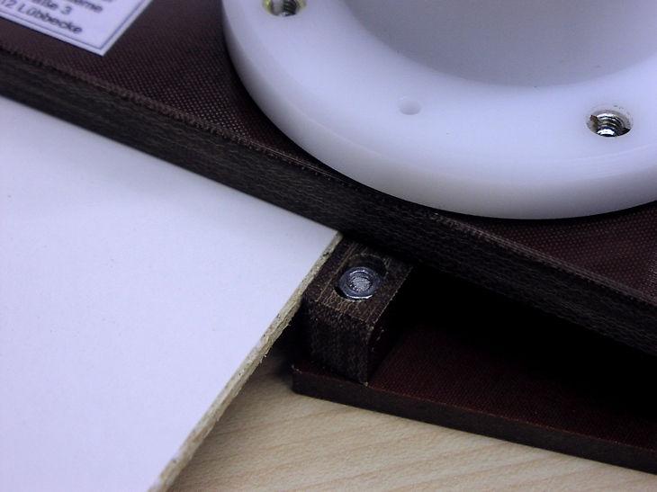 Sonderanschlag der Rückwand-Kantenfräse liegt an der Rückwand-Platte