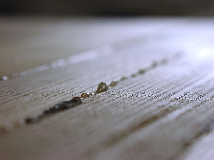 Einfaches Entfernen von Leimresten mit der Kantenfräse KF 400 Top