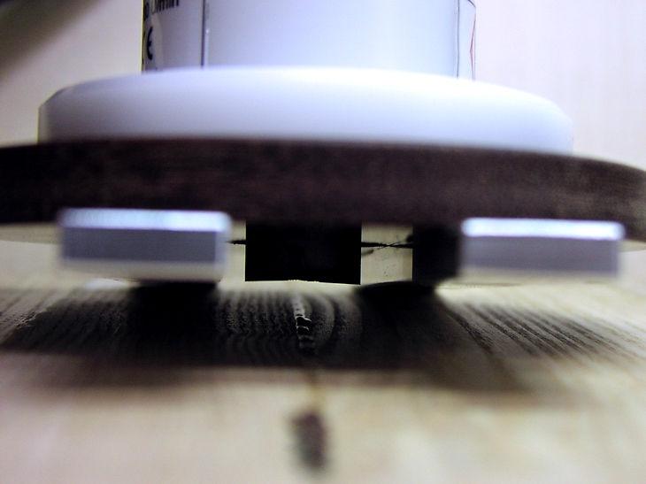 Nahansicht der Leimenperlen-Entfernung mit der Kantenfräse KF 400 TOP