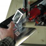 Ausklinker wird mit der großen Auflegeplatte sicher gehalten